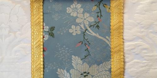 """Adamaszek biały i lampas """"Amboise"""" niebieski"""