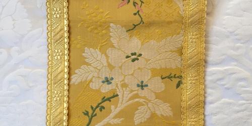 """Adamaszek biały i lampas """"Amboise żółty"""
